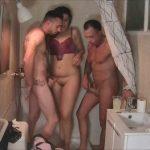 Buscando intimidad en la ducha. Imposible, esto es GRAN HERMANO PORNO