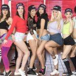 Nueve calientes chicas en una salvaje orgía lésbica al aire libre